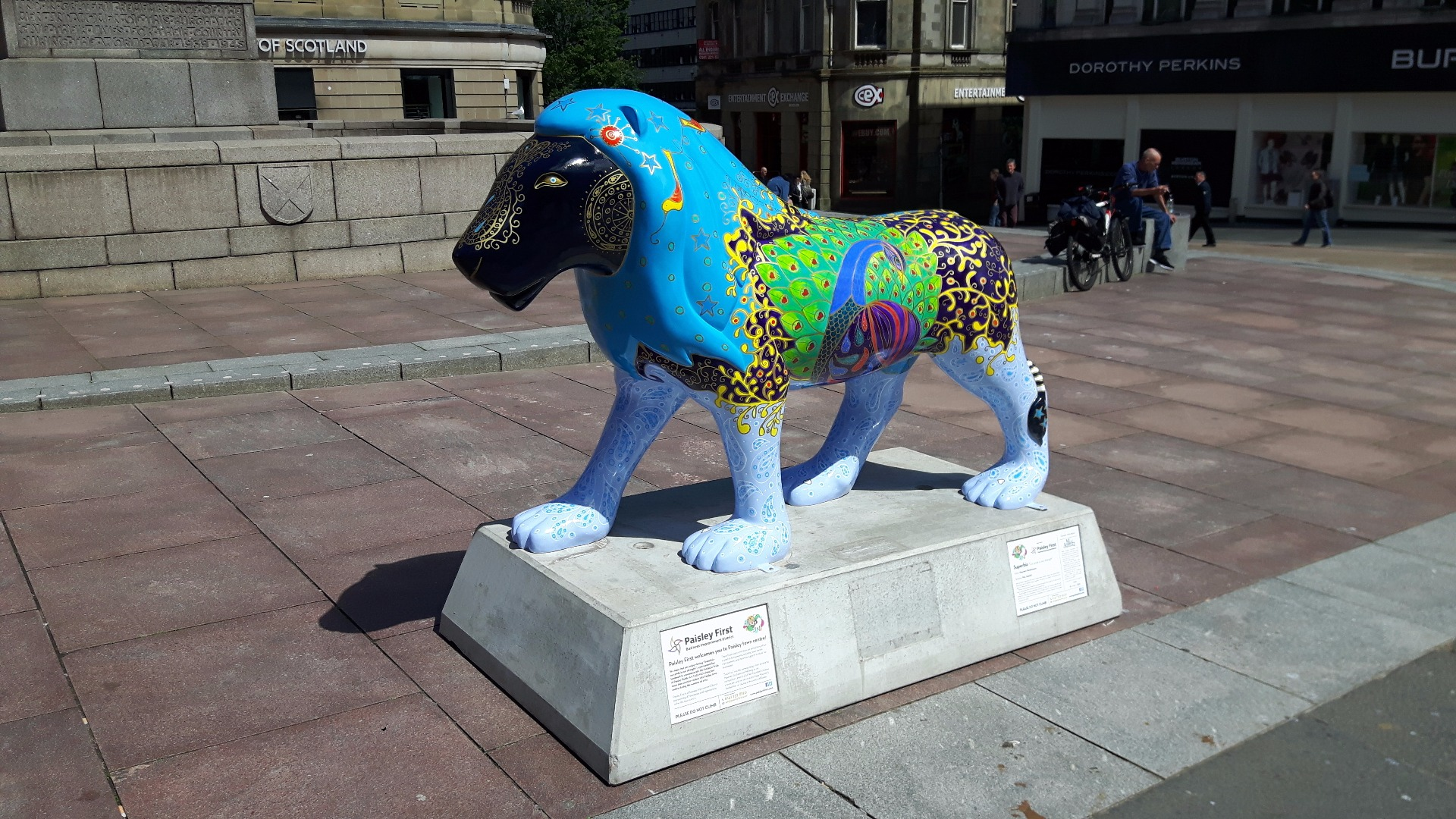 New Paisley lion takes pride of place in town centre